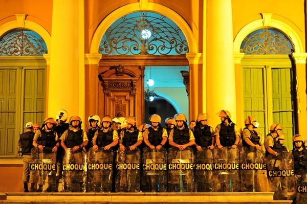 Confronto PMS estudantes (Foto: Adriana Franciosi/Agência RBS)