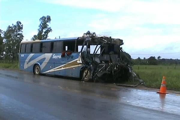 Carreta teria atravessado pista e foi atingida por ônibus (Foto: Reprodução/TV Rondônia)