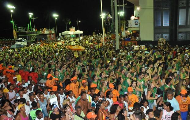 Público segue o trio de Ivete Sangalo (Foto: Eduardo Freire/G1)