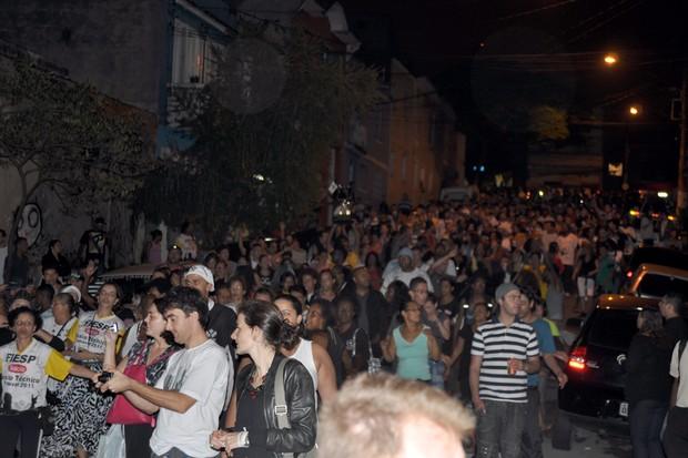 [Colaborativo](5687)Desfile do troféu de Campeã do carnaval paulista pelas ruas do bairro do Bixiga, com direito a bateria e a festa da Comunidade do Bixiga noite adentro.-1 (Foto: Fabio Ishio / VC no Carnaval)