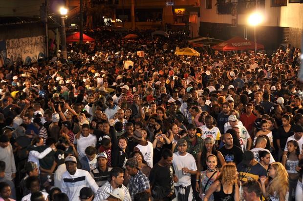 [Colaborativo](5687)Desfile do troféu de Campeã do carnaval paulista pelas ruas do bairro do Bixiga, com direito a bateria e a festa da Comunidade do Bixiga noite adentro.-3 (Foto: Fabio Ishio / VC no Carnaval)