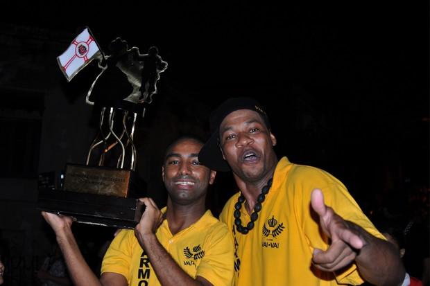 [Colaborativo](5687)Desfile do troféu de Campeã do carnaval paulista pelas ruas do bairro do Bixiga, com direito a bateria e a festa da Comunidade do Bixiga noite adentro.-5 (Foto: Fabio Ishio / VC no Carnaval)