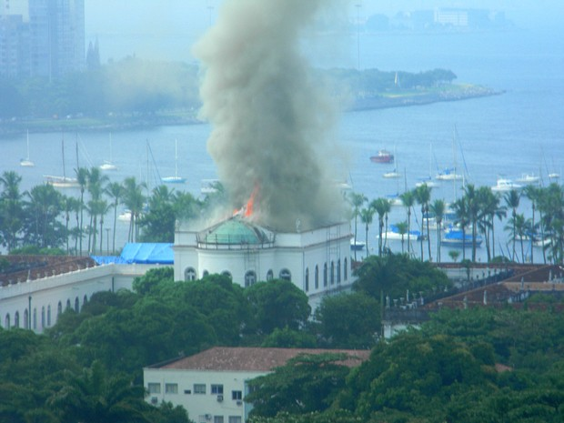 [Colaborativo](7948)Incêndio na UFRJ-0 (Foto: Marcelo Brasil  Guimarães / VC no G1)