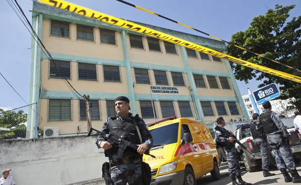 Escola foi isolada por policiais (Foto: Victor R. Caivano/AP)