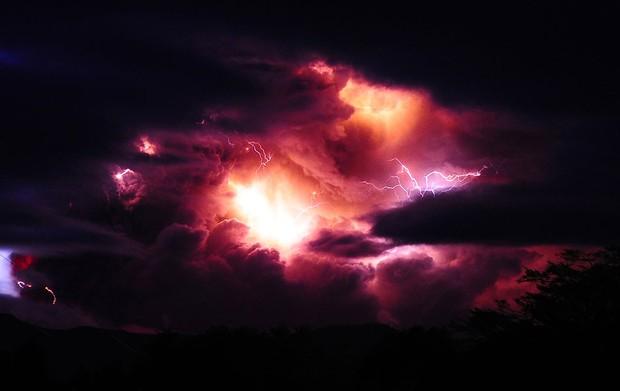 Raios vermelhos foram fotografados em meio à novem de cinzas do vulcão no domingo (5) (Foto: AP)