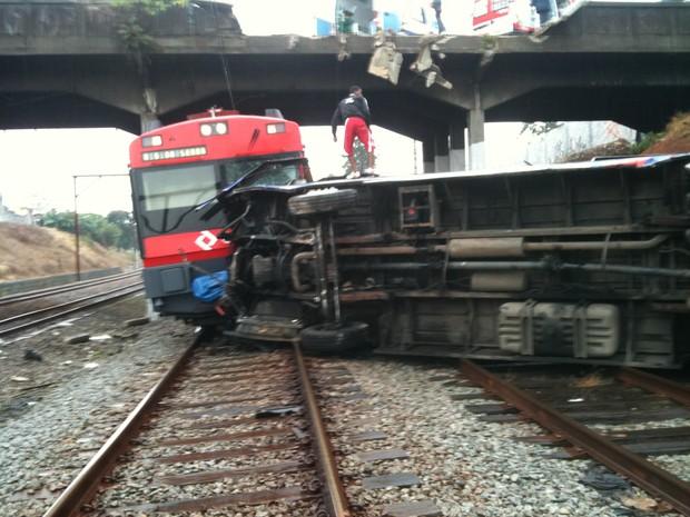 [Colaborativo](25931)Acidente Trem/Onibus em SCS 9/06/11-2 (Foto: Júlio César Santos Ramos / VC no G1)