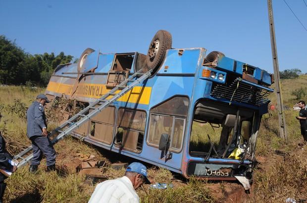 ônibus ficou de cabeça para baixo após colisão com o trem (Foto: Paulo Filgueiras/EM/D.A Press)