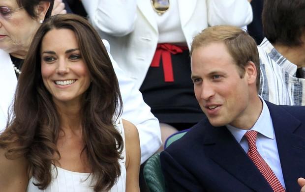 Da cabine real, a duquesa de Cambridge, Catherine, e o príncipe William assistem à partida entre o inglês Andy Murray e o francês Richard Gasquet. O casal marcou presença no campeonato de tênis de Wimbledon, en Londres. (Foto: Suzanne Plunkett/Reuters)