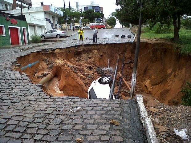[Colaborativo](31118)Carro é engolido por cratera em bairro nobre de Natal-2 (Foto: Juliana Lopes de Aguiar / VC no G1)