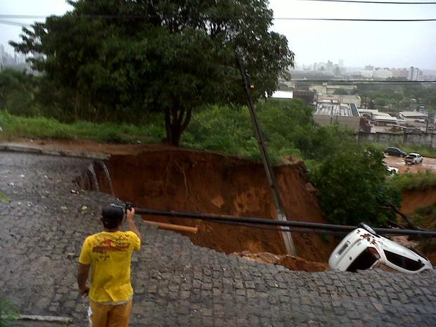 [Colaborativo](31118)Carro é engolido por cratera em bairro nobre de Natal-3 (Foto: Juliana Lopes de Aguiar / VC no G1)