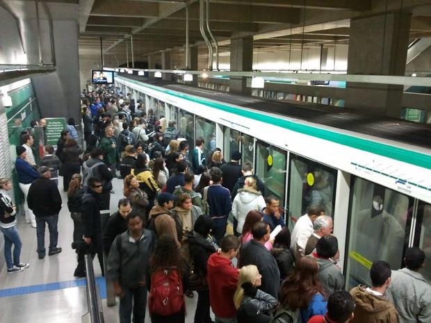 Estação de Metrô Sacomã ficou lotada após evacuação de composição após problema no último vagão, às 10h desta quarta-feira (29) (Foto: Glauco Araújo/G1)