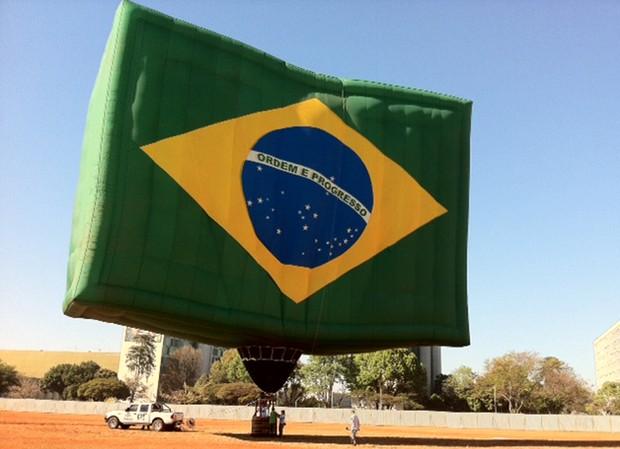 Balão inspirado na bandeira nacional, que participará dos desfiles de 7 de Setembro, em Brasília. (Foto: Sandro Lima/ G1)