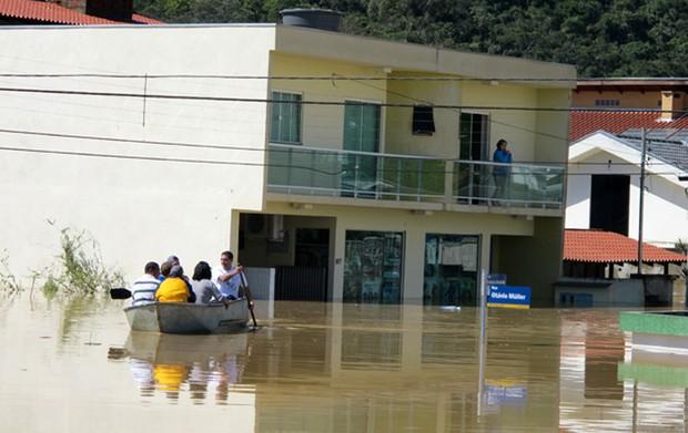 Barco usado para resgatar pessoas ilhadas em Itajaí (SC)  (Foto: Rosanne D'Agostino)