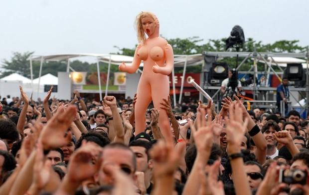 Público levou boneca inflável para show dos Mutantes e Tom Zé. (Foto: Alexandre Durão/G1)