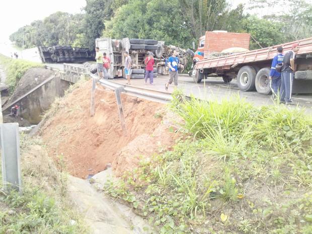 Acidente em Igarassu (PE) envolve dois caminhões e uma carreta (Foto: Kety Marinho / TV Globo)