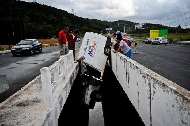 Veículo pendurado em vão de ponte na SC-401, em Florianópolis (Foto: Felipe Carneiro/Agência RBS)