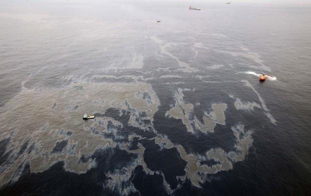 Vazamento ocorreu em campo operado pela companhia norte-americana Chevron (Foto: Divulgação Governo do Rio/AP)