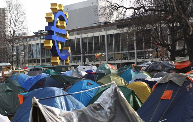 Tendas do movimento 'Ocupem Frankfurt' permanecem em frente à sede do Banco Central Europeu (ECB, da sigla em inglês) na cidade alemã. (Foto: Alex Domanski/Reuters)