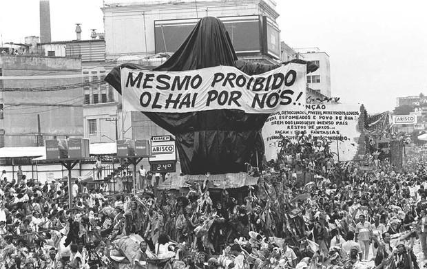 31 de março de 1989 – Joãosinho causou polêmica com uma imagem do Cristo Redentor vestido de mendigo na Beija-Flor; a escola foi vice-campeã naquele ano (Foto: Arquivo/AE)