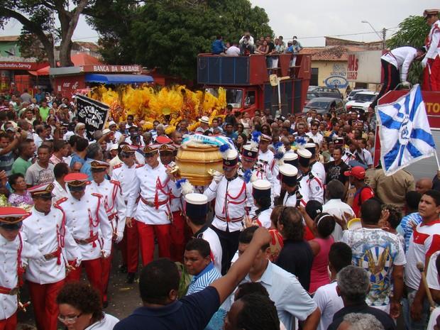 Bloco de Carnaval e escola de samba acompanharam cortejo em São Luís. (Foto: Karla Freire/G1)