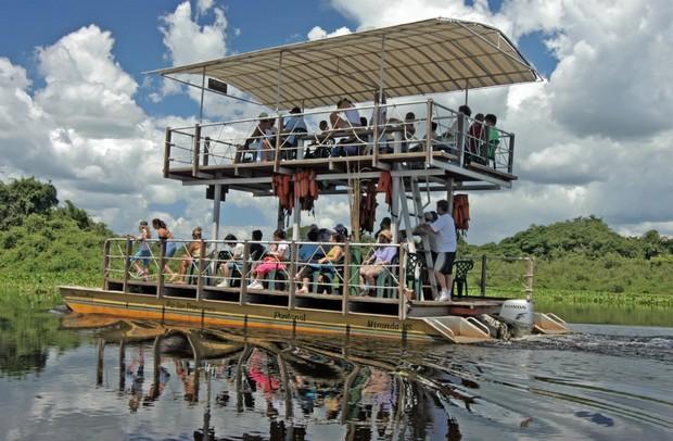 Chalana percorre rios pantaneiros (Foto: Beth Coelho/Divulgação)