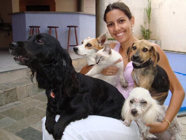 Titã mora com três cadelas e um gato na casa da veterinária (Foto: Alan Schneider/G1)