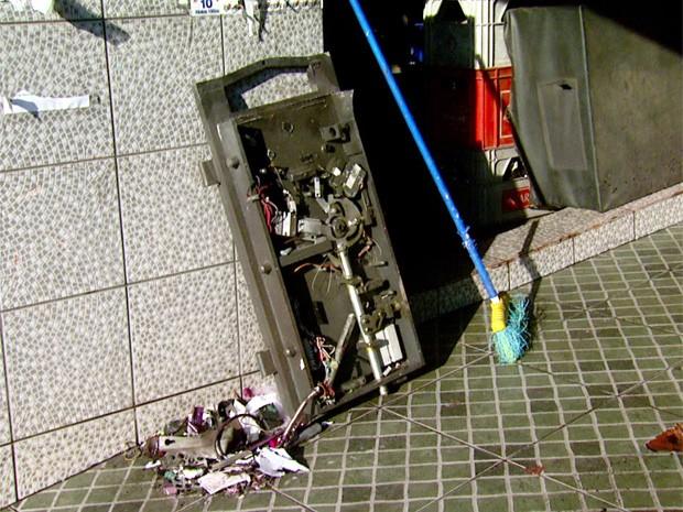 Explosão em caixa eletrônico de supermercado em Campinas (Foto: Reprodução EPTV)