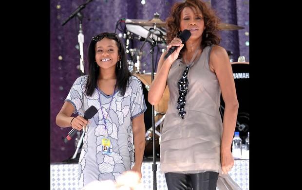 Whitney Houston canta com a filha, Bobbi Kristina Brown, durante um show no Central Park, em Nova York, em 2009 (Foto: Evan Agostini/Arquivos/AP)