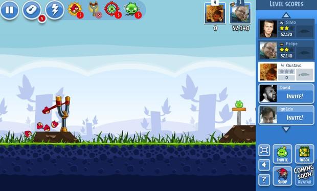 'Angry Birds' no Facebook traz as mesmas fases das outras versões já lançadas, mas usuário pode comprar itens (Foto: Reprodução)