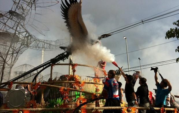 Carro alegórico da escola Pérola Negra pegou fogo durante confusão na apuração dos desfiles das escolas de samba de São Paulo. (Foto: Bruno Azevedo/G1)