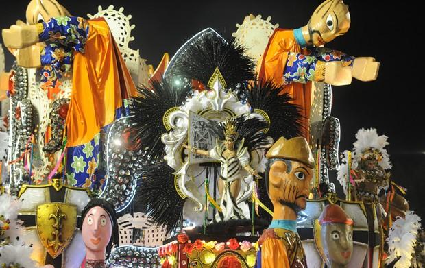 Carro abre-alas do Salgueiro representa o reino do cordel. (Foto: Antonio Scorza/ AFP)