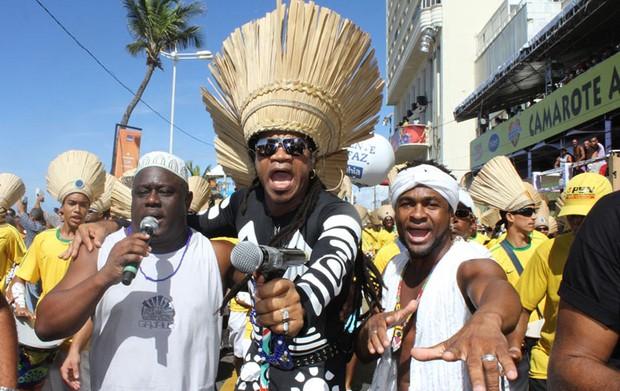 Carlinhos Brown participa de arrastão que encerra carnaval em Salvador. famosos* (Foto: Edgar de Souza / G1)
