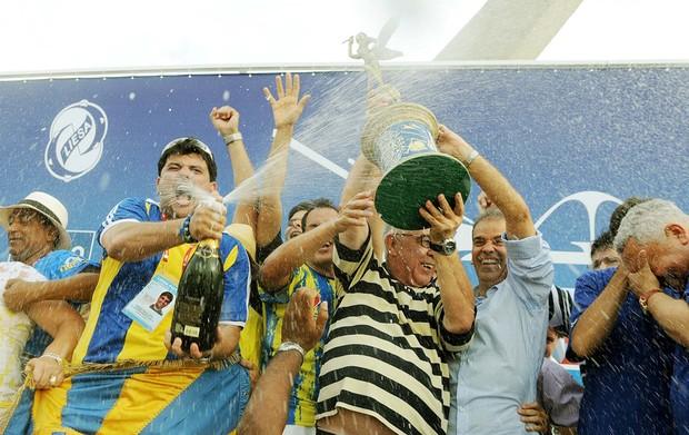 Diretoria da Unidos da Tijuca ergue o troféu de campeã do carnaval carioca. (Foto: Alexandre Durão/G1)