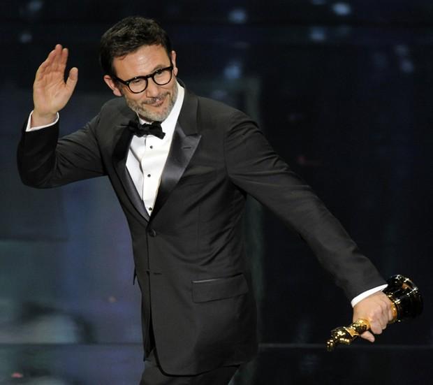 Francês Michel Hazanavicius acena após ganhar estatueta de melhor diretor pelo filme 'O artista'. (Foto: Mark J. Terrill/AP)