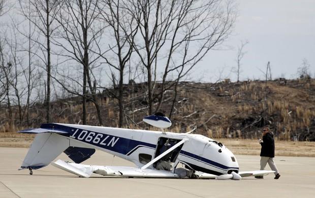 3 de março - Aviões foram revirados pelo força do vento em um aeroporto de Dallas, na Geórgia (Foto: Tami Chappell/AP)