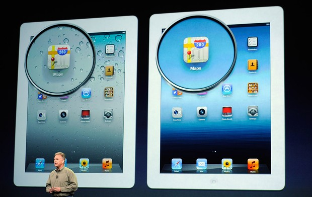 Phil Schiller compara as versões do iPad para mostrar que o novo modelo tem maior definição na tela (Foto: Kevork Djansezian/Getty Images/AFP)