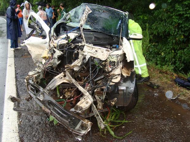 Palio aquaplanou e bateu de frente com um caminhão na BR-386, RS (Foto: Divulgação/PRF)