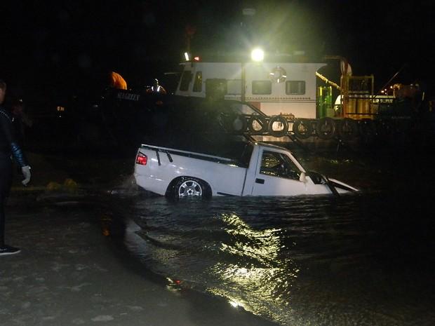 Caminhonete desgovernada atropelou pessoas na ponte do Rio Tramandaí (Foto: Divulgação/Bombeiros)
