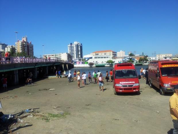 Busac por vítimas segue na ponte de Tramandaí (Foto: Diego Guichard/G1)