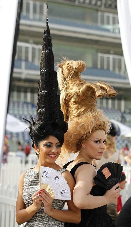 Modelos vestem chapéus de cabelo projetados nas formas de Burj Dubai e um cavalo durante a 17 ª Copa do Mundo de Dubai. (Foto: Jumana El Heloueh/ Reuters)