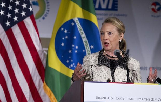 A secretária de Estado americana, Hillary Clinton, fala durante o evento Brasil-EUA: Parcerias para o século XXI, realizado na Câmara de Comércio em Washington, D.C. (Foto: Manuel Balce Ceneta/AP)