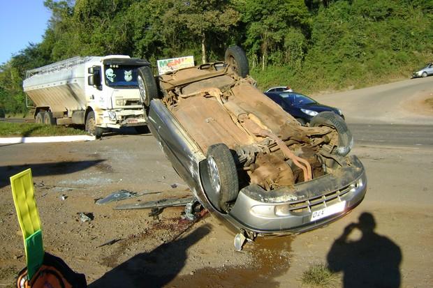 Caroneira do Palio morreu após colisão com caminhão na RS-129 (Foto: Divulgação/CRBM)