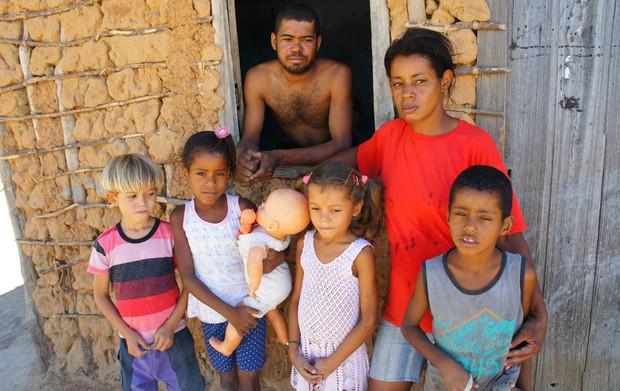Família disse que nas horas de aperto acaba bebendo água lamacenta represada da enchente de dezembro de 2011 no povoado de Pedrinhas, em Muquém de São Francisco (BA) (Foto: Glauco Araújo/G1)