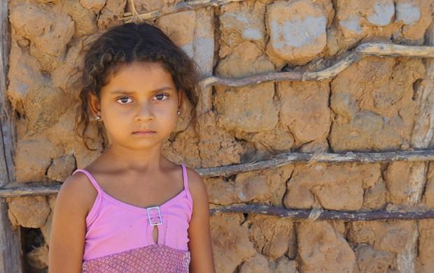 Menina de 4 anos vive na região do povoado de Pedrinhas, em Muquém de São Francisco, onde alguns moradores usam água represada e sem tratamento para consumo (Foto: Glauco Araújo/G1)