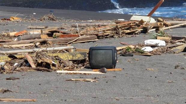 Objetos abandonados em praias atingidas pelo tsunami no Chile (Foto: Giovana Sanchez/G1)