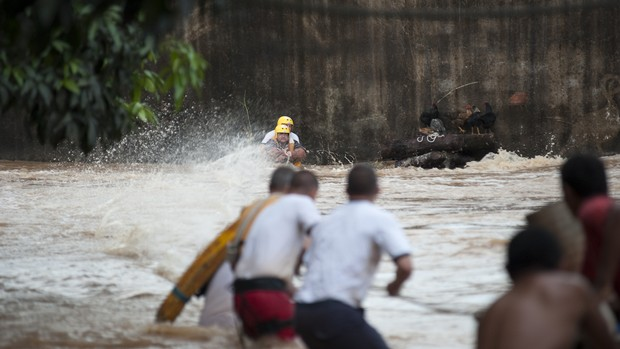 [Colaborativo](6035)Rio transborda e deixa pessoas ilhadas-5 (Foto: Evandro Ananias / VC no G1)