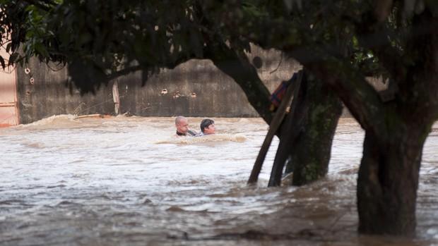 [Colaborativo](6035)Rio transborda e deixa pessoas ilhadas-2 (Foto: Evandro Ananias / VC no G1)