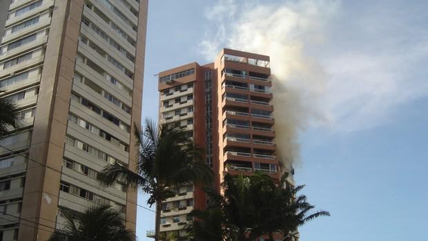 [Colaborativo](6229)Incêndio em apartamento em Piedade, Jaboatão dos Guararapes-PE -1 (Foto: Luciano dos Santos Barbosa / VC no G1)