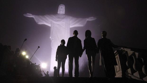 Obama e sua família durante visita ao Cristo Redentor (Foto: Reuters)
