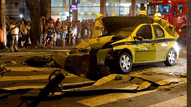 Bueiro explodiu em Copacabana, Zona Sul do Rio de Janeiro, na noite de sexta-feira (1º) (Foto: Marcos de Souza Gouvea Filho/VC no G1)